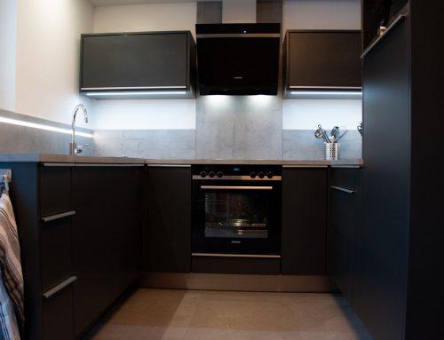 Stylische Küchenkombination auf engstem Raum, viel Stauraum auf wenig qm