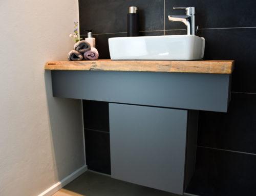 Waschtisch mit Unterkonstruktion im konstrastierten Holz-Mix