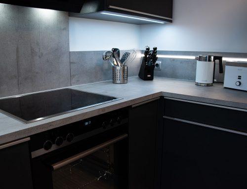 Moderne Küchenkombination, dunkelgraue Fronten