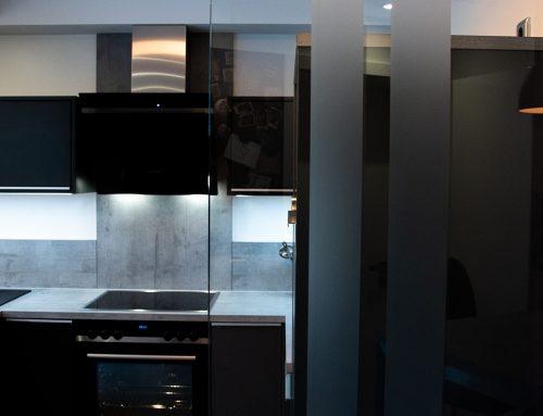 Moderne Küchenkombination mit dunkelgrauen Fronten