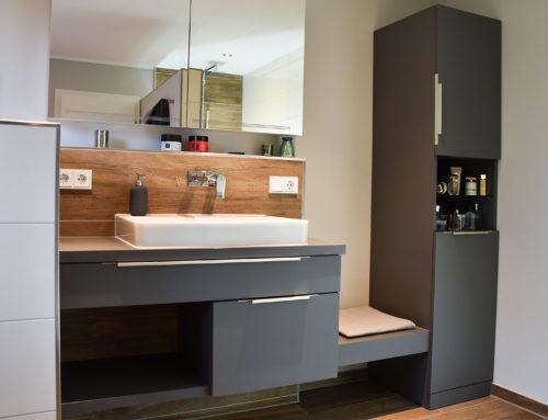 Waschtisch im Badezimmer in kontrastiertem Holzmix
