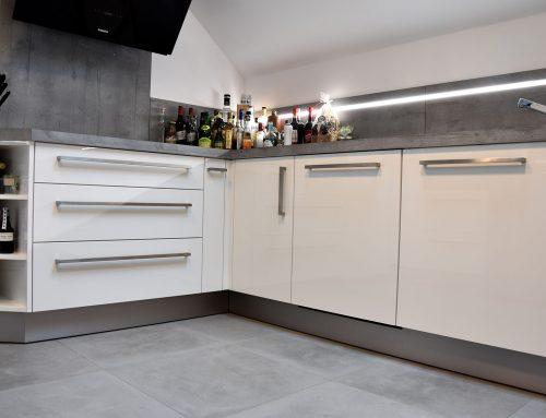 Moderne Küchenkombination in weiß/anthrazit