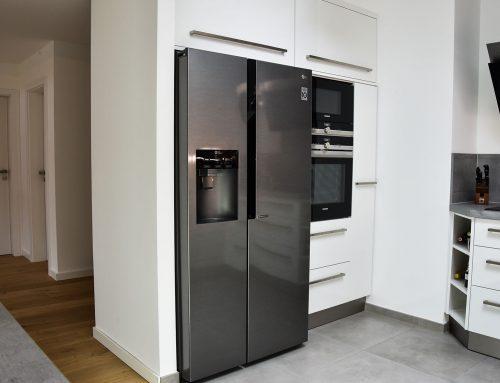 Moderne, kubistische Küche – individuell auf Einbaugeräte angepasst