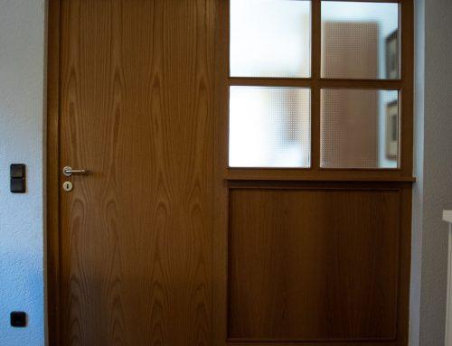 Eingangstür aus braunem Massivholz