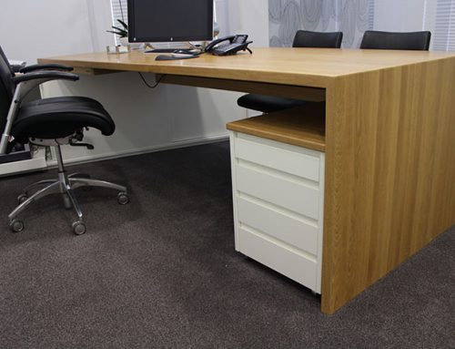 Langlebige Büromöbel aus Massivholz